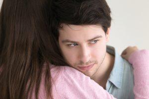 モラルハラスメントの加害者が被害者に対して持っている偽りの愛情に騙されないでください。