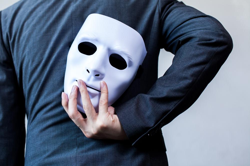 平気で嘘をついて相手を悪者に仕立てあげるモラルハラスメントの加害者は人前で被害者を装うのが上手い演技タイプもいる。